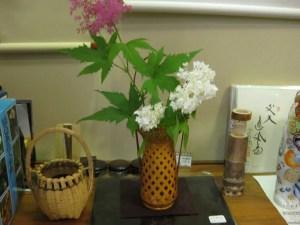 竹篭の花入れに京かのこ