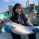 【ファイトシーンあり】日本初!?キングサーモンを釣り上げた小学生!