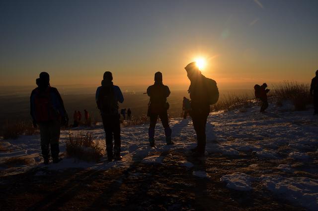 入道ヶ岳 日の出を拝む人