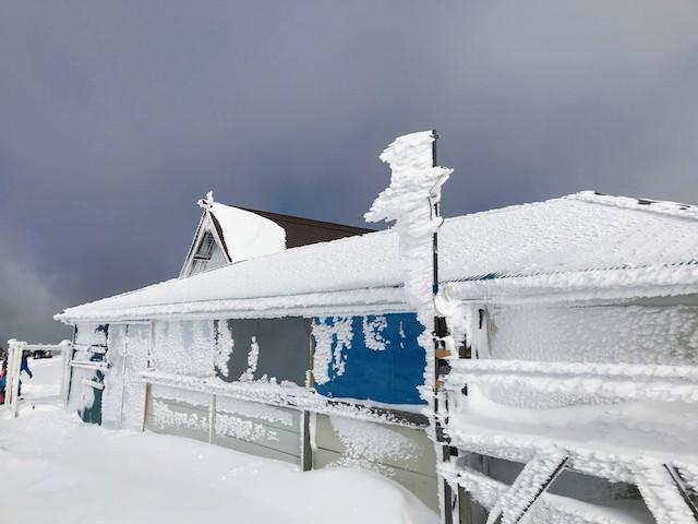 伊吹山 冬 山頂 雪に埋もれた売店