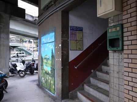 台北 歩道橋 入り口