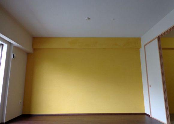黄色のアクセント壁