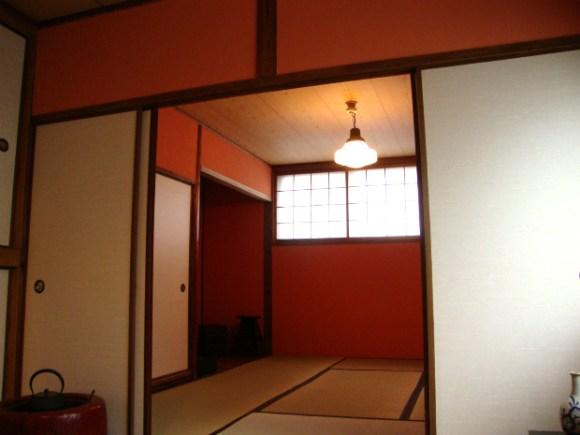 朱色の和室壁