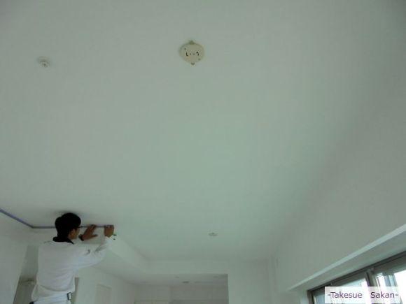 新築マンション 天井のクロス張り