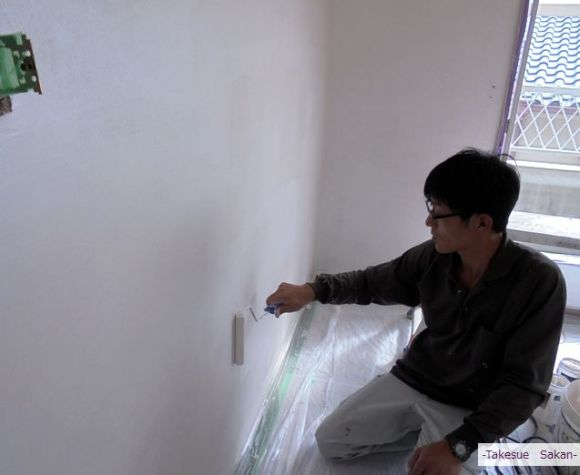 洋室壁をメタルファス塗装中