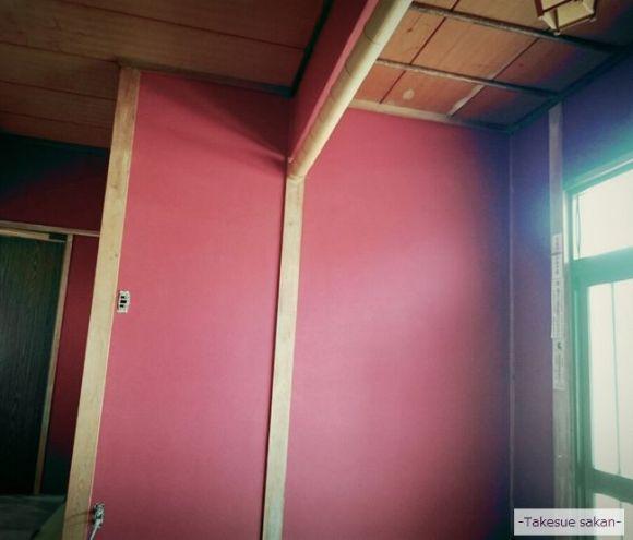 玄関 赤色の砂壁で塗り替え