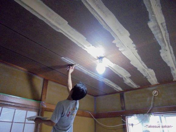 天井のクロス張り替え中