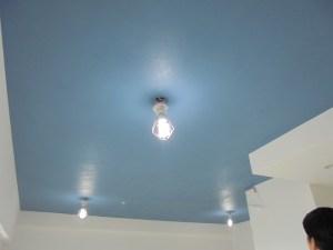 天井をスカイブルーの珪藻土