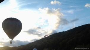 Balon cu aer cald îndreptându-se spre nori