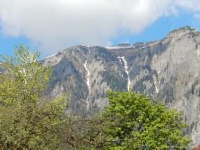 În zonă se pot face drumeții montane, mountain-bike, telecabina se află la câțiva kilometri, în Bușteni. Pârtiile de schi sunt tot în apropiere, campingul fiind deschis inclusiv pentru perioada sezonului de schi