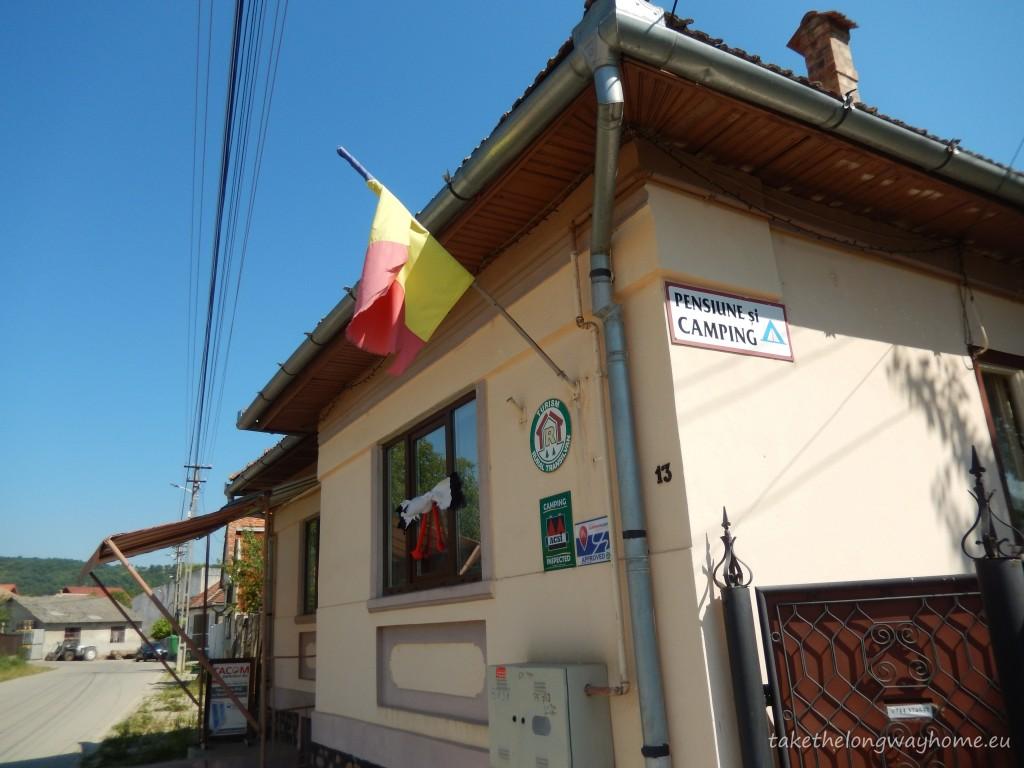 """Locul de campare se găsește în localitatea de unde se pleacă spre Transalpina. De asemenea, în apropiere se pot face excursii la Transfăgărășan, Sibiu, Muzeul în aer liber """"Astra"""" din Dumbrava Sibiului, alte localități din Mărginimea Sibiului"""
