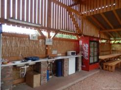Bucătărie echipată cu frigider, cuptor cu microunde și aragaz