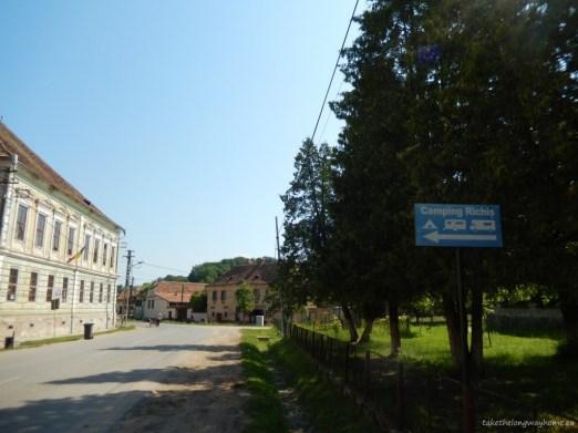 "Loc campare ""La Curtea Richvini"", comuna Biertan, județul Sibiu, sat Richiș, strada Principală, nr. 5-6 // GPS : N 46 09 74 E 24 48 01 / Lat 46.097497 long 24.479945 // site : www.lacurtearichis.ro // email : info@lacurtearichis.ro // telefon : +40 269 258 403 / +40 269 258 475"