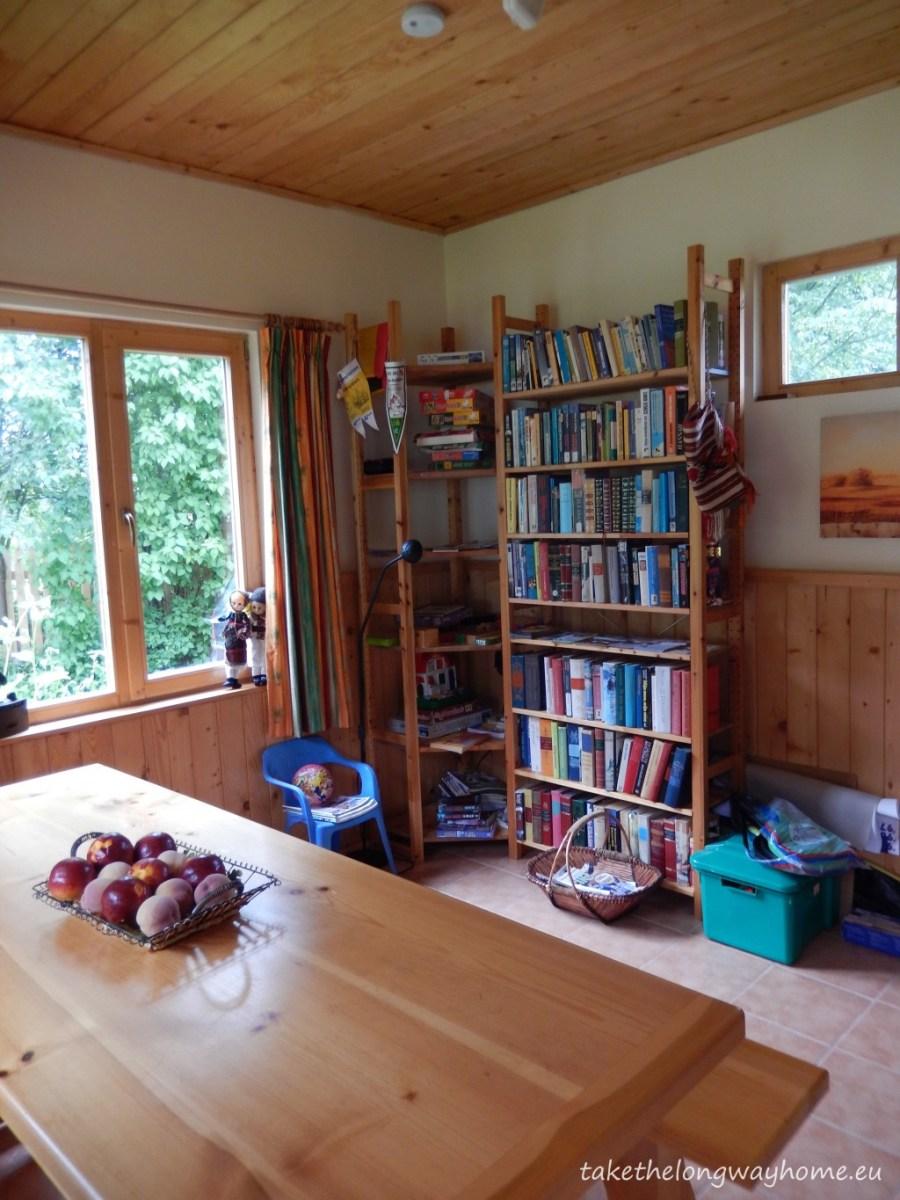 Livingul este încălzit de o sobă cu lemne