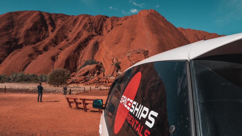 Toyota Estima ze Spaceships Rentals pod Uluru, Australia