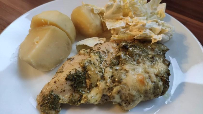 Pierś z kurczaka pieczona ze szpinakiem i serem żółtym