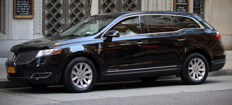 2013_Lincoln_Mk_T_Town_Car_NYC