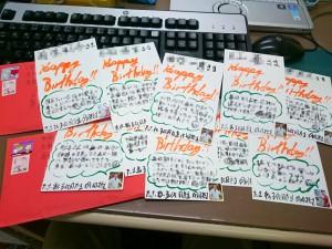 スタッフさんとご家族への2月のお誕生日ハガキを書いています