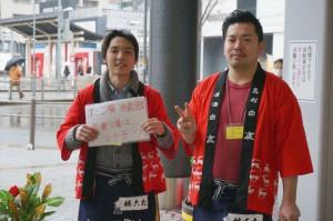 西宮駅で案内をする田口さんと峯松さん