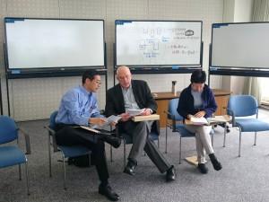 ワークショップの合間に打合せをする小田さんとビル・トルバート氏