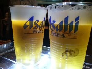 2種類の入れ方入れたビール 左)正しく入れたビール 右)ジャーと入れたビール