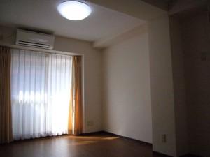 居室は10畳あまりで、ベランダもあります