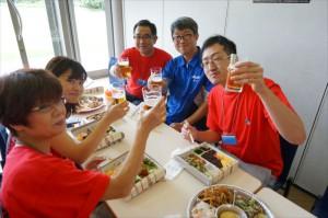 品質管理の樽岡部長も隊員さんと一緒に乾杯です