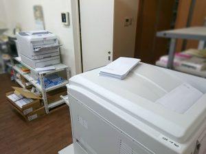 封筒の宛名印刷、2台のレーザープリンターでやってます
