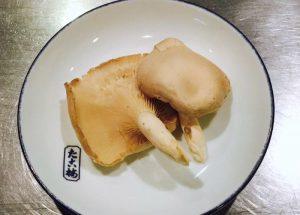 関東煮(かんとだき/おでん)にする平茸(ヒラタケ)です