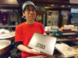 新梅田食道街 たこ梅 分店の新しいノートPCと上原さん