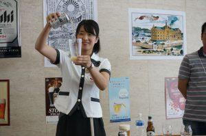 アサヒビールの濱西さんが缶ビールの美味しい入れ方を実演