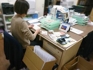 ニューズレター「たこ梅FUN倶楽部通信」の封筒詰め作業中の事務所スタッフさん