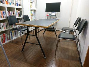 椅子をテーブルから出して設置します