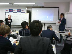 佐藤先生の講評に耳を傾ける松本さん
