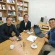 小田さん、江口さんに相談しています