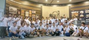アサヒビール工場見学に参加のたこ梅FUN倶楽部員と記念撮影