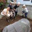 講師の吉原優子さんと完成した畑の畝の前で記念撮影