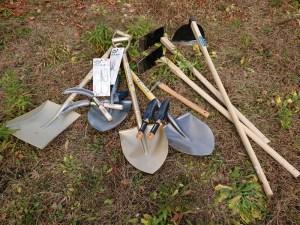 ショベルに、鍬(くわ)、剪定ばさみ、移植ごて、pH計など道具もそろってきました