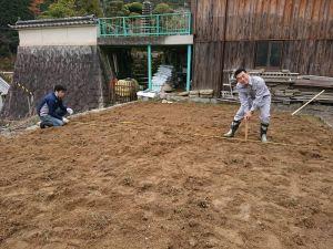 畝を立てる位置を測量して決めていきます