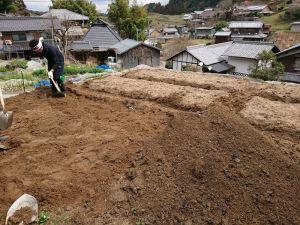 最後に元は下層部であった土を埋め戻します