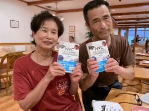 前田さんと森口さんにNVCの本をプレゼント