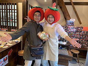坂井さんと定番のトマトのかぶりもので記念撮影