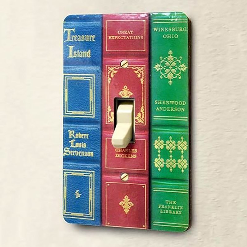 декор выключателя из книжных корешков