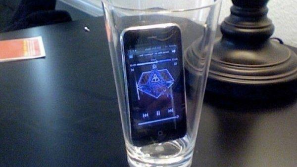 телефон в стакане
