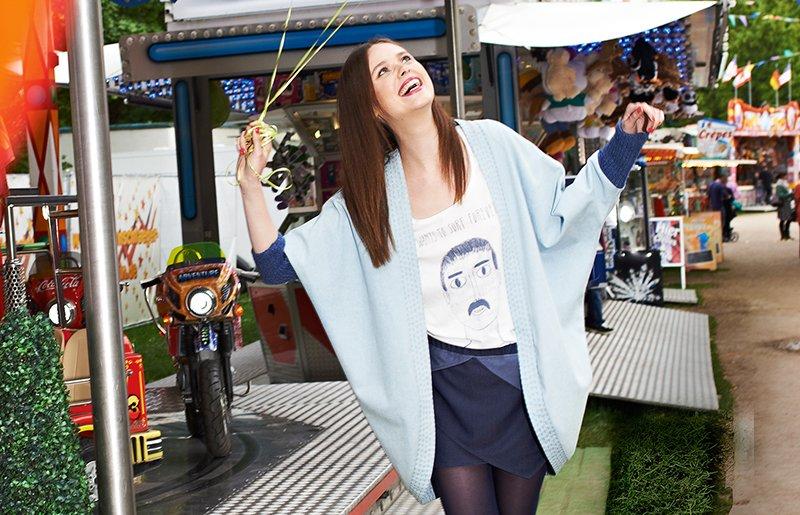 радостная девушка в модном кардигане