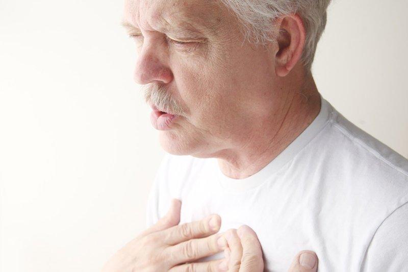 мужчина дышит