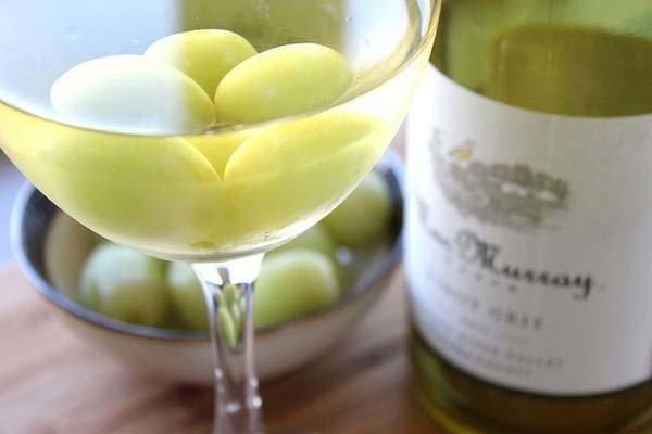 виноград в бокале