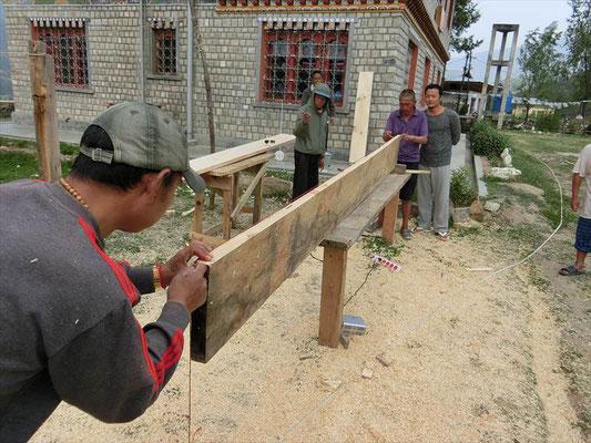 ブータン・プロジェクトで木工指導に腕をふるう、斎藤くん。