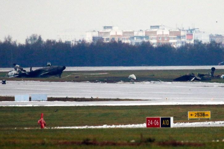 Het wrak van de Dassault Falcon op Vnoekovo (Foto: Maxim Zmeyev, Reuters).