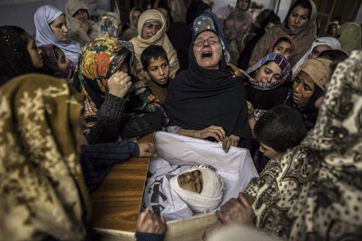135 kinderen, twaalf onderwijzers en een soldaat kwamen om bij een aanval van talibanstrijders op een school in het Pakistaanse Peshawar (Foto: Zohra Bensemra, Reuters).